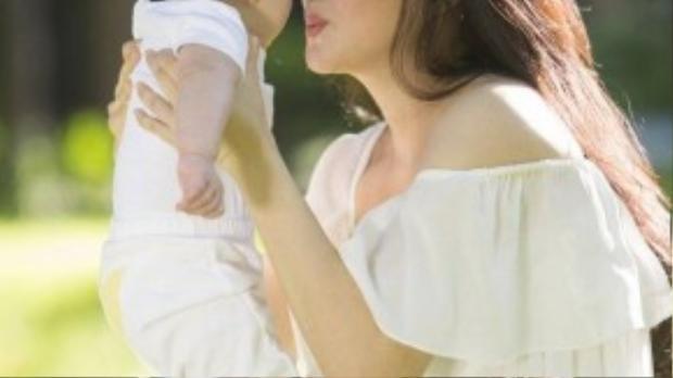 Vy Oanh hạnh phúc bên con trai 6 tháng tuổi.