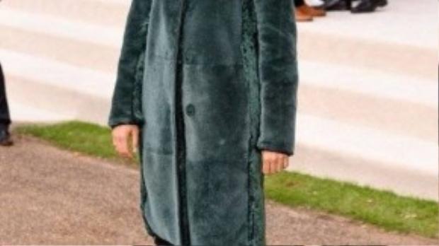 Diễn viên, nhà thiết kế thời trang Sienna Miller trong một chiếc áo lông xanh ngọc dáng dài đơn giản nhưng nổi bật.