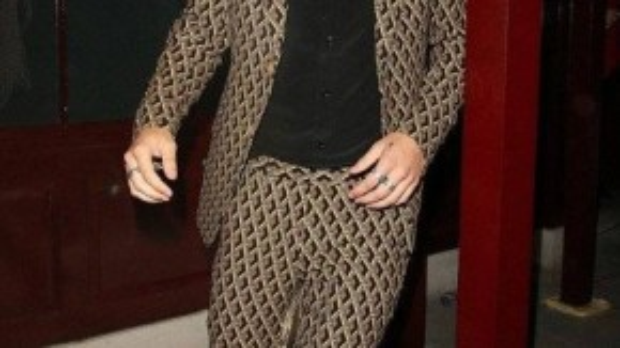 Harry Styles trong một thiết kế có họa tiết hình học là các ô đan chéo nhau của thương hiệu nổi tiếng Gucci. Chàng ca sĩ cũng mang phong cách skinny rocker suits quay trở lại.