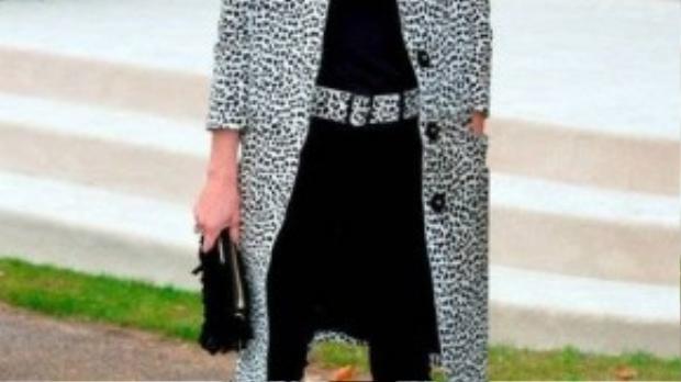 Siêu mẫu người Anh Kate Moss cuốn hút trong set đồ đen mono kết hợp cùng áo khoác và thắt lưng họa tiết da báo ấn tượng tại show diễn của Burberry.