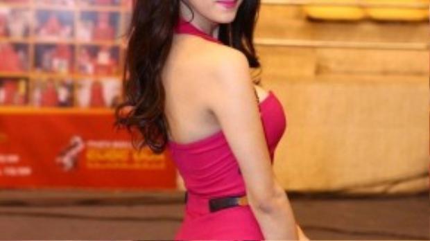 Gu ăn mặc của nữ ca sĩ chuyển giới cũng thay đổi rõ rệt. Với lợi thế chiều cao 1,67m, Hương Giang chọn những bộ jumpsuit hay bộ váy áo ôm sát khoe body 3 vòng hoàn hảo.