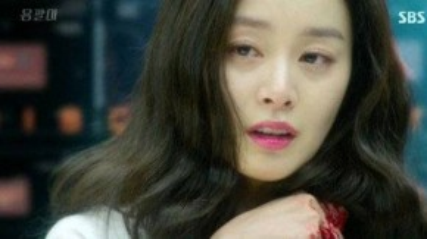 Đến khi tập 2 của Yong Pallên sóng, Yeo Jin tiếp tục thể hiện hình ảnh bi lụy. Cô thậm chí còn khiến người xem phát khiếp bởi cảnh người đầy máu me. Vốn xuất thân từ gia đình danh giá, hoàn cảnh đáng thương của Yeo Jin làm cho khán giả không khỏi tò mò.