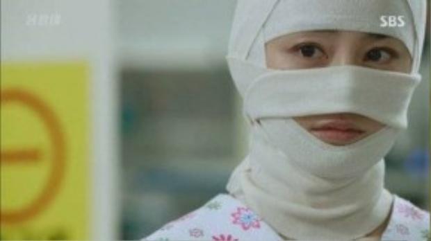 """Song, vừa lấy lại phong độ chưa lâu, Yeo Jin tiếp tục làm người xem """"đứng hình"""" khi xuất hiện trong tình trạngquấn băng kín mặt ởtập 10 của Yong Pal."""