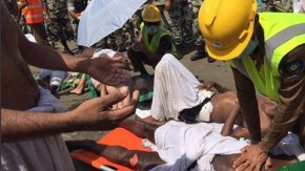 Một nhân viên y tế đang làm thủ thuật hồi sinh tim-phổi cho một nạn nhân. (Ảnh: Daily Mail)