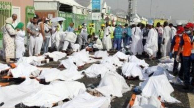 Lực lượng cứu thương Saudi đứng gần những thi thể của những người hành hương thiệt mạng tại Mina. (Ảnh: Daily Mail)