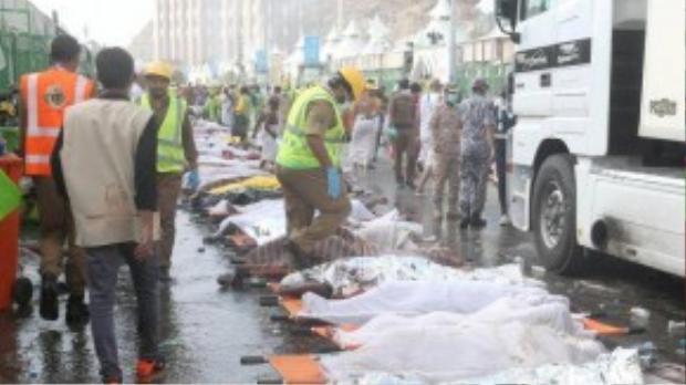 Thi thể của người hành hương được đặt ngay ngắn bên vệ đường. (Ảnh: REUTERS/Stringer)