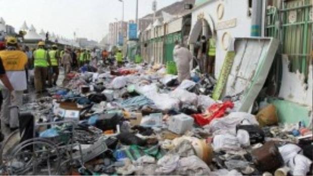 Xác nạn nhân lẫn với những vật dụng cá nhân ngổn ngang trên đường phố. (Ảnh: Daily Mail)