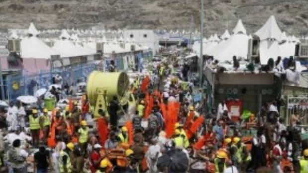 Những người sống sót ngồi trên tầng lầu cao hoặc các khu lều nhìn xuống và quan sát những nhân viên cứu hộ thu dọn hiện trường. (Ảnh: Daily Mail)