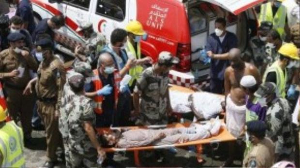 Hơn 220 xe cứu thương và 4000 nhân viên đã tiếp cận nơi xảy ra tai nạn từ sớm để giải quyết tình thế và cung cấp đường thoát thân cho những người còn sống. (Ảnh: Daily Mail)
