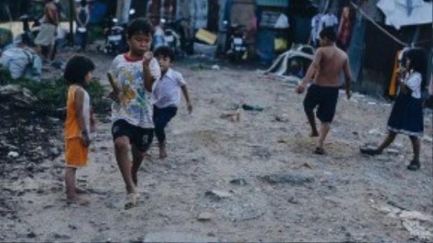 Những trò chơi đơn giản trên mảnh đất khô cằn đầy sỏi đá nhưng đem lại cho bọn trẻ những niềm vui to lớn và vô cùng trong trẻo.