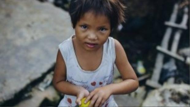 Bé Trà My (6 tuổi) con gái út của chị Nguyệt (quê ở Nghệ An) - một gia đình thuộc diện khó khăn nhất xóm.