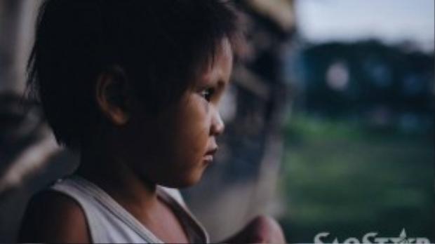 Ánh mắt buồn đến khó tả của một đứa trẻ ở khu ổ chuột.