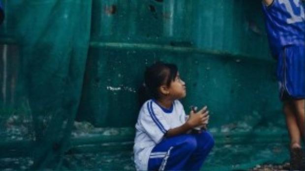 Cô bé học sinh lớp 2 này đang tranh thủ vừa ăn cơm chiều vừa ủng hộ cho anh trai mình trong trò chơi trốn tìm.