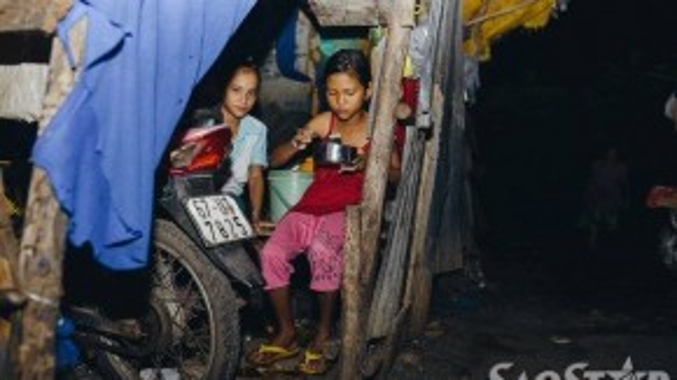 Màn đêm len lỏi về trên từng mái nhà, đến từng bữa cơm tạm bợ của lũ trẻ.