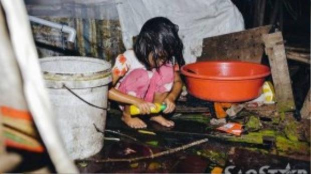 Bé Thư chị của Trà My trước đây học đến lớp 4 thì nghỉ. Là chị lớn nên Thư luôn thay thế mẹ làm các công việc nhà. Sau khi mọi thứ hoàn tất, cô bé tự vệ sinh cho mình bằng dầu gội đầu là nước rửa chén.