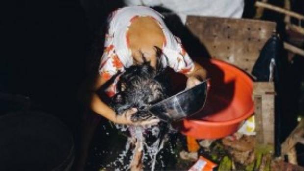 Sống trong môi trường thiếu nguồn nước sạch nên các em luôn ý thức được việc phải tiết kiệm nguồn nước. Mỗi ngày 2 chị em ở nhà chỉ được xài một thau nước như quy định của mẹ giao.