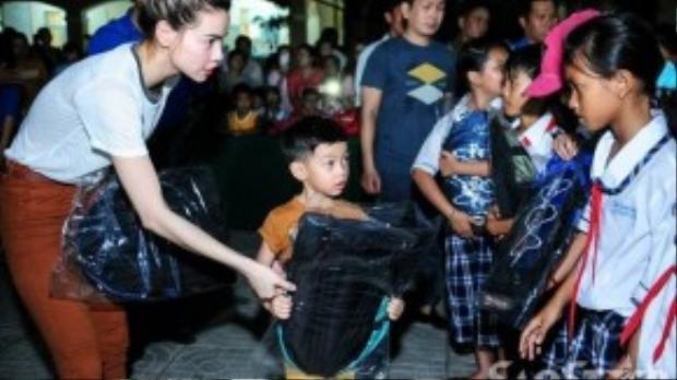 Hồ Ngọc Hà để bé Subeo phụ mình tao một số phần quà, học bổng nhằm tập cho con trai biết sống vì mọi người - luôn đồng cảm, chia sẻ cùng những mảnh đời khó khăn, kém may mắn.