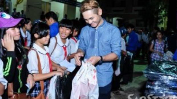Các học trò của Hà Hồ như Thái Trinh, Đào Bá Lộc và ca sĩ Sơn Ngọc Minh cũng vui vẻ trao quà cho các em nhỏ.