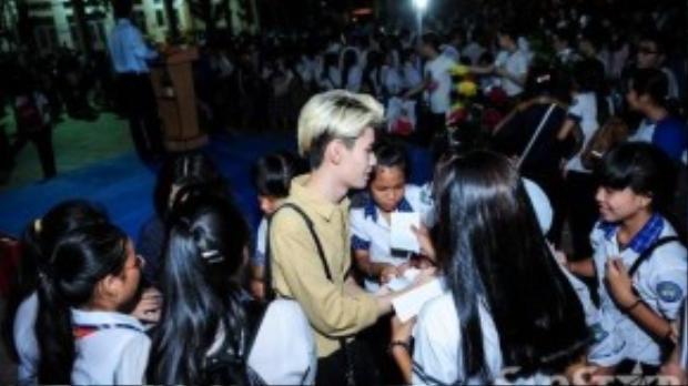 Trước khi ra về, Hồ Ngọc Hà và 3 giọng ca trẻ tất bật ký tặng các fan nhí.