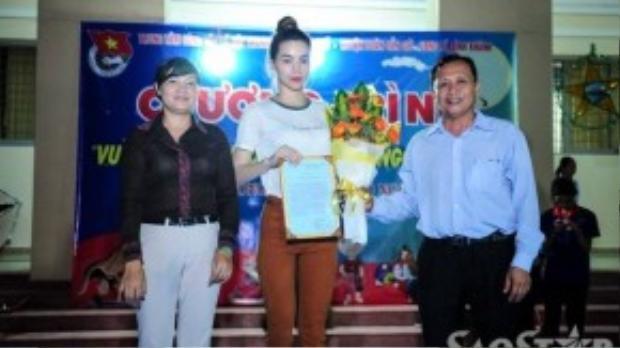 Cô nhận bằng cám ơn từ đại diện huyện Cần Giờ (TP HCM).