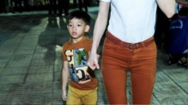 Cựu HLV The Voice dẫn theo con trai Subeo cùng tham gia các hoạt động thiện nguyện với mình.