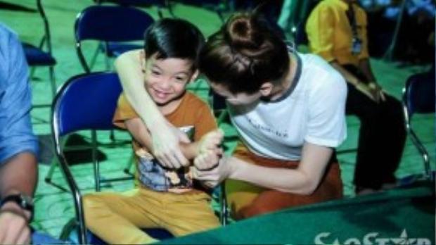Cô dành thời gian trò chuyện và vui đùa với cậu con trai cưng trước giờ buổi trao quà Trung thu diễn ra.