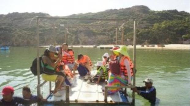 Chúng tôi ra thuyền cách xa 100m bằng bè tự chế và thuyền thúng, các ngư dân dầm mình xuống biển để kéo chúng tôi ra.