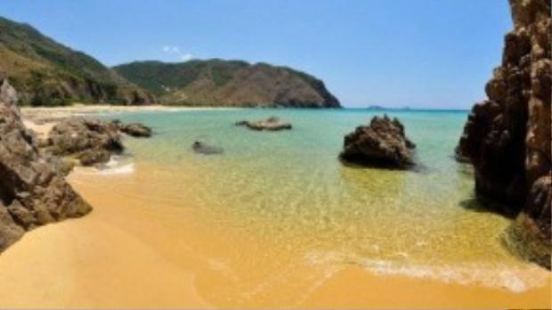 Bãi cát vàng, nước biển trong vắt và xanh 3 màu rõ rệt.