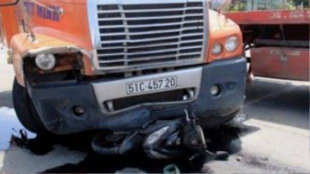 Ghi nhận tại hiện trường, phần đầu chiếc xe container bị hư hỏng, biến dạng, trên mặt đường dầu động cơ chảy lênh láng.