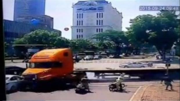 Chiếc xe lao đi với tốc độ quá nhanh khiến một số chủ phiên tiện không kịp trở tay. ( Ảnh cắt từ clip)