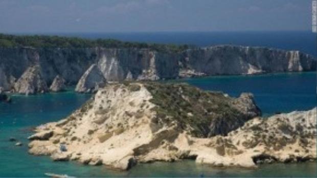 Đảo Tremiti từng được dùng để giam giữ tù nhân chính trị trong suốt cuộc chiến Mussolii. Ngày nay, hòn đảo này là một điểm lặn nổi tiếng.