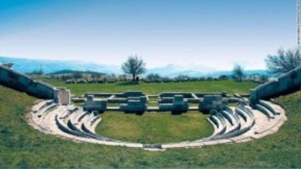 Phiến đá cổ được xây dựng từ thế kỉ 5 trước công nguyên. Với tổng chiều dài khoảng 1000 mét, cho du khách cái nhìn toàn cảnh những ngọn đồi ở Molise.