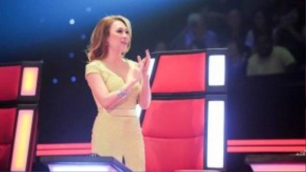 Ở vòng Giấu mặt của chương trình, nữ ca sĩ diễn một chiếc váy màu vàng chanh với khoảng cut-out ở vai và xẻ tà ở chân váy vô cùng nữ tính và dịu dàng.