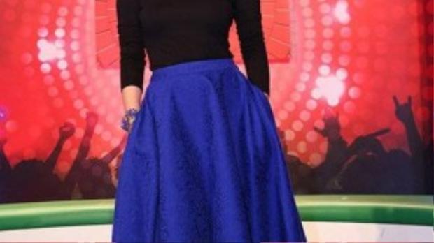 Trong chiếc váy xòe bồng bềnh màu xanh cobalt sành điệu cùng chiếc áo thun hở vai gợi cảm, Mỹ Tâm mang đến một phong cách vintage đơn giản nhưng cực kì trang nhã. Vòng cổ và vòng tay tone sur tone góp phần làm cô nổi bật hơn bao giờ hết.