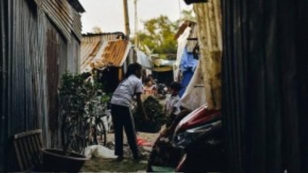 Cuộc mưu sinh vất vả khiến trẻ em trong xóm sớm biết phụ giúp gia đình. Ngoài giờ học, các em tranh thủ phụ ba mẹ các công việc đồng án.
