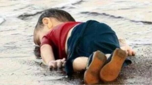 Một lần nữa hình ảnh cậu bé Syria 3 tuổi lại bị đem ra mổ xẻ.