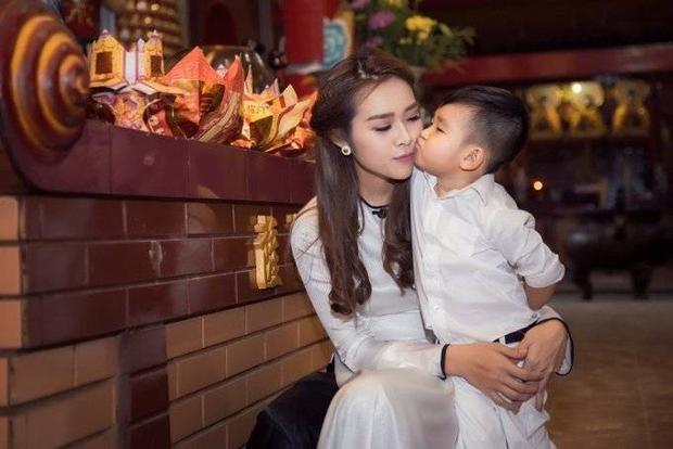 Con trai Diệp Bảo Ngọc cùng mẹ lên chùa cầu an