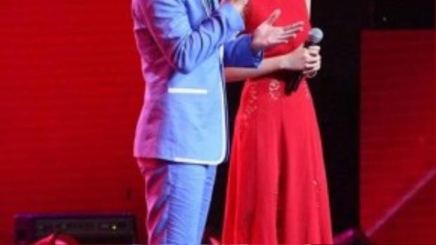 Trong đêm gala Giọng hát Việt2015,MC Mỹ Linh đã khiến giới mộ điệu thời trang xôn xao khi diện bộ đầm đỏ đến từ thương hiệu ELIE SABB. Với cách trang điểm và làm tóc, Mỹ Linh khiến nhiều người liên tưởng đến hình ảnh của Natalie Portman phiên bản Việt.
