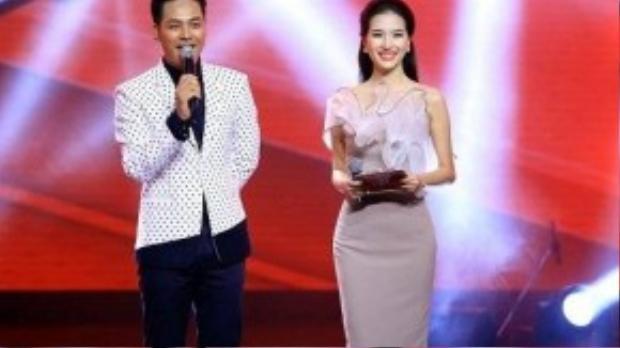 Mỹ Linh đã lột xác hoàn hoàn trong đêm live show của Giọng hát Việt với trang phục thanh lịch, nữ tính của nhà thiết kế Lý Quý Khánh. Cô chọn cho mình bộ đầm ôm sát màu hồng nude với các nếp xếp voan ở phần ngực.