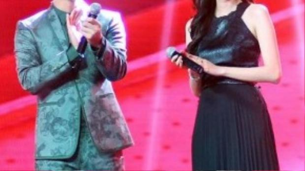 Xuất hiện trong một đêm liveshow Giọng hát Việt, nữ MC cá tính và xinh đẹp trong bộ đầm dài màu đen kết hợp giữa da và voan mỏng.
