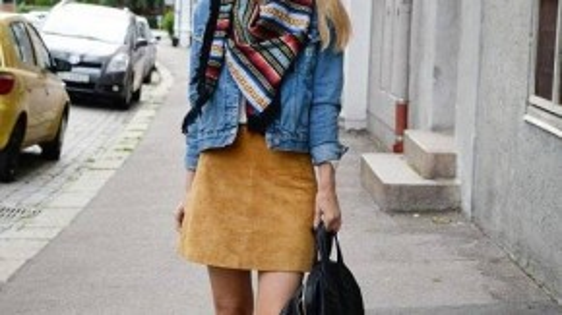 Chân váy da lộn mix cùng denim jacket và sneaker tạo nên phong cách khỏe khoắn, năng động.