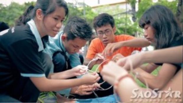 Các bạn khiếm thính hào hứng tham gia cuộc thi làm lồng đèn giấy truyền thống.