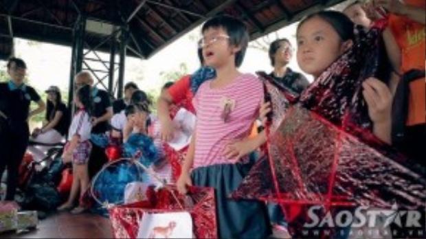 Các em nhỏ của trường khiếm thính Hy Vọng đại diện các nhóm cầm lồng đèn để mọi người chấm điểm.