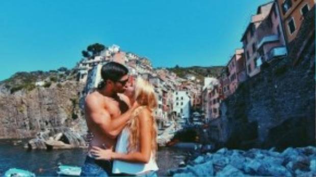 Nụ hôn khiến ai cũng phải ganh tị của cặp đôi.