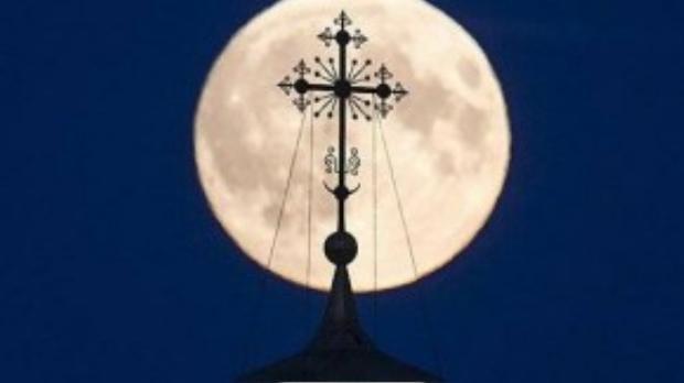 Mặt trăng lớn hơn bình thường xuất hiện sau biểu tượng chữ thập trên đỉnh một nhà thờ ở vùng Ryazan, Nga.