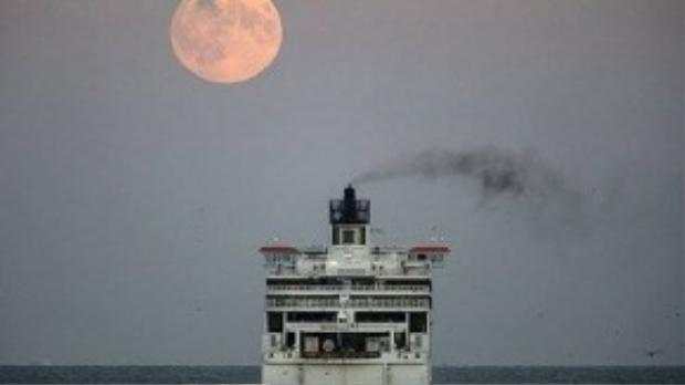 """""""Siêu trăng"""" đang mọc phía trên một con phà vừa rời khỏi cảng Dover, Anh."""