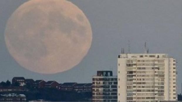 Mặt trăng trông lớn hơn 14% so với bình thường tại Brighton, Anh.