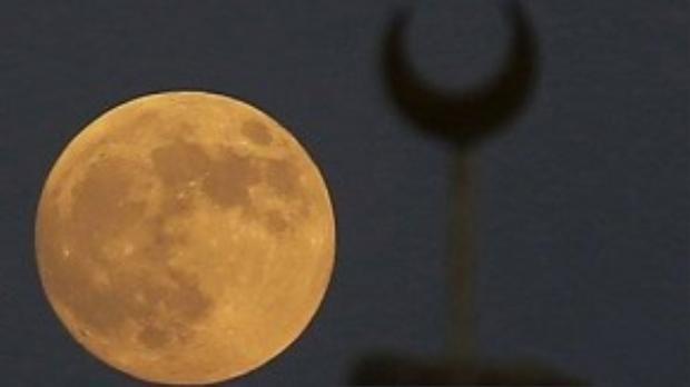 """Hiện tượng """"siêu trăng"""" cuối cùng của năm nay được ghi lại tại vùng ngoại ô Cairo, Ai Cập."""