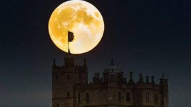Mặt trăng trông như quả cầu ánh sáng khổng lồ trên lâu đài Bolsover, Derbyshire, Anh.