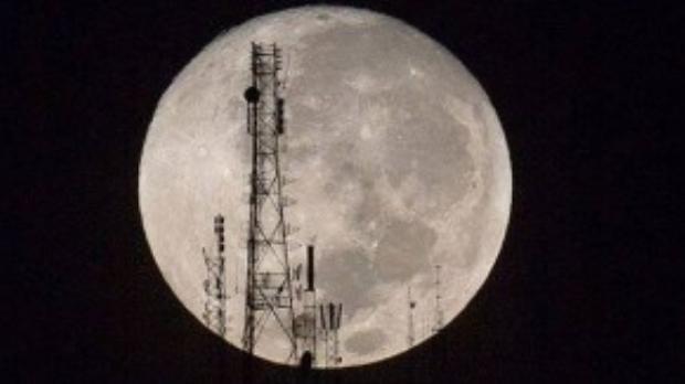 Hình ảnh mặt trăng khổng lồ được chụp lại đêm qua trên đỉnh núi Boutilier ở Port-au-Prince, Haiti.